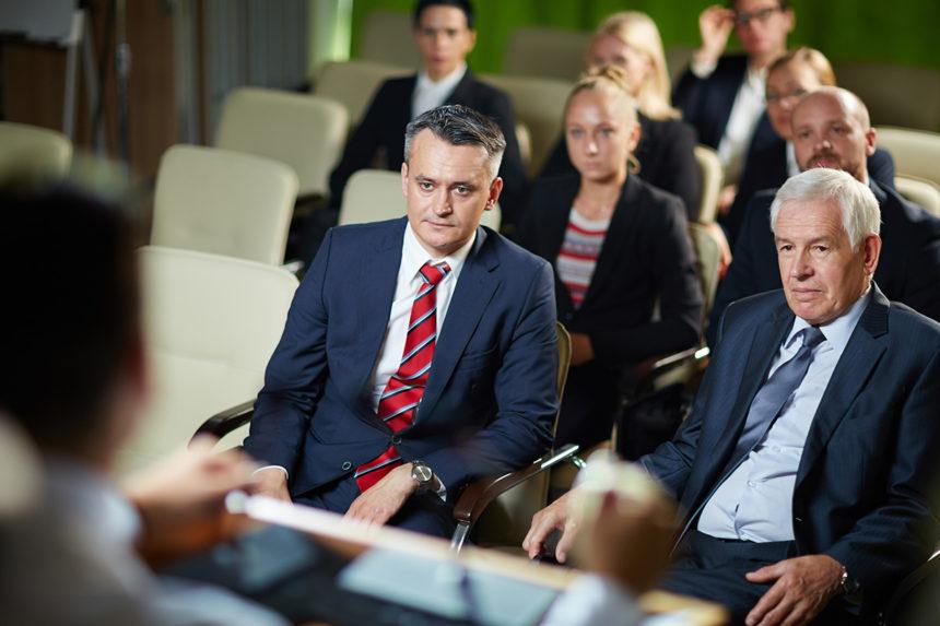 Grupo de abogados reunidos en conferencia sobre seguridad del paciente